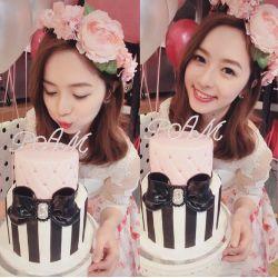 兩層蝴蝶結蛋糕